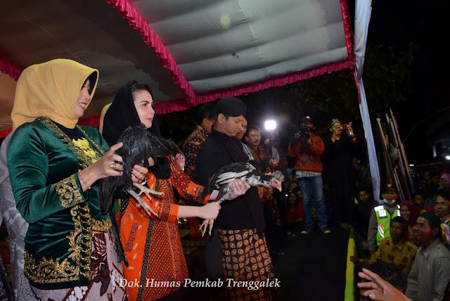 """Ngitung Batih', Tradisi Sambut Suro di Kecamatan Dongko"