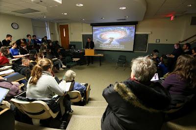 """Kirpal complica la línea entre la realidad subjetiva y objetiva en una conferencia sobre OVNIs y """"Dioses biológicos"""""""