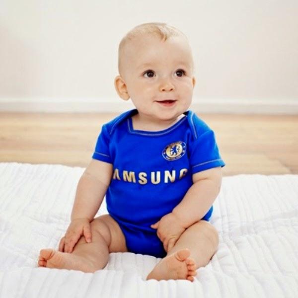Gambar bayi lucu laki-laki pakai seragam sepak bola chelsea