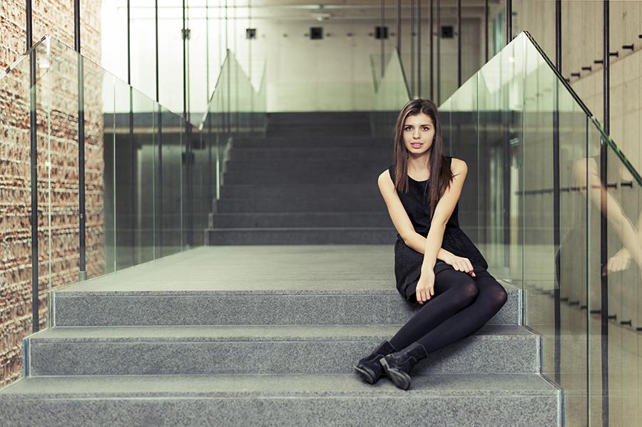 Kobieta na schodach, fotografia Lublin.