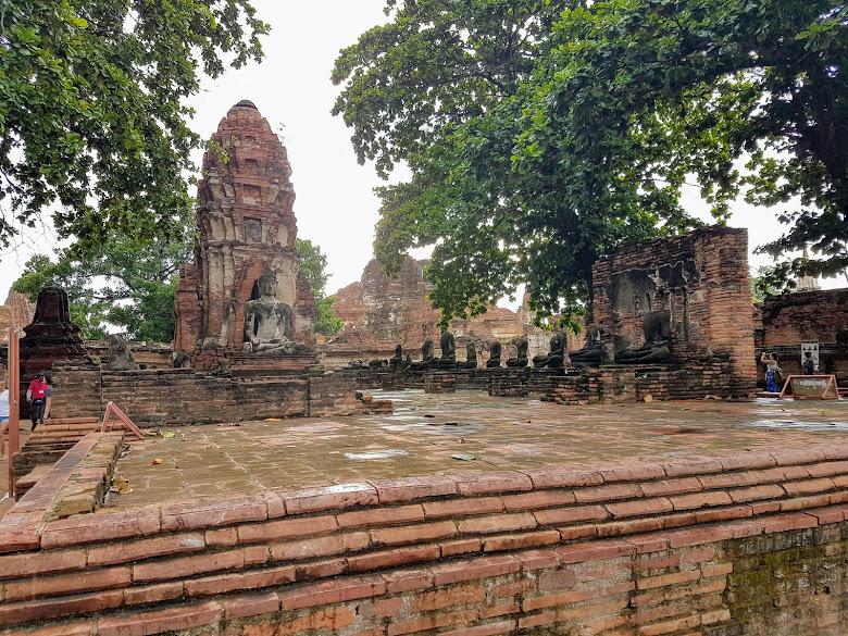 瑪哈泰寺大多是這種景色,被破壞後的斷岩殘壁