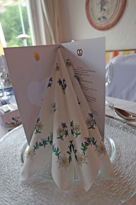 Servietten Edelweiss und Enzian, Trachtenhochzeit in den Bergen von Bayern, Riessersee Hotel Garmisch-Partenkirchen, Wedding in Bavaria