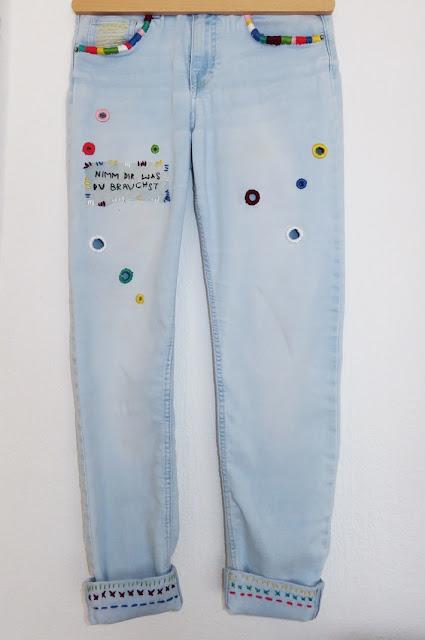 Bestickte Jeans - Gesamtansicht von vorne
