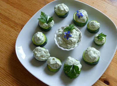 Zucchini mit Ziegenkäse-Minz-Dip