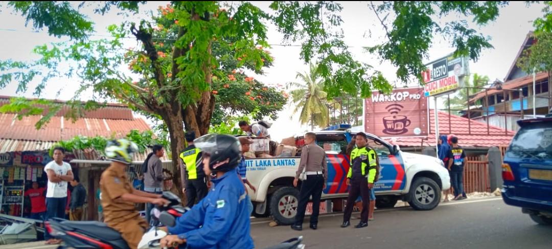 Diduga Mengantuk, Mobil Pengangkut Ikan Kering Tabrak Warung di Makale, Penjual Merugi