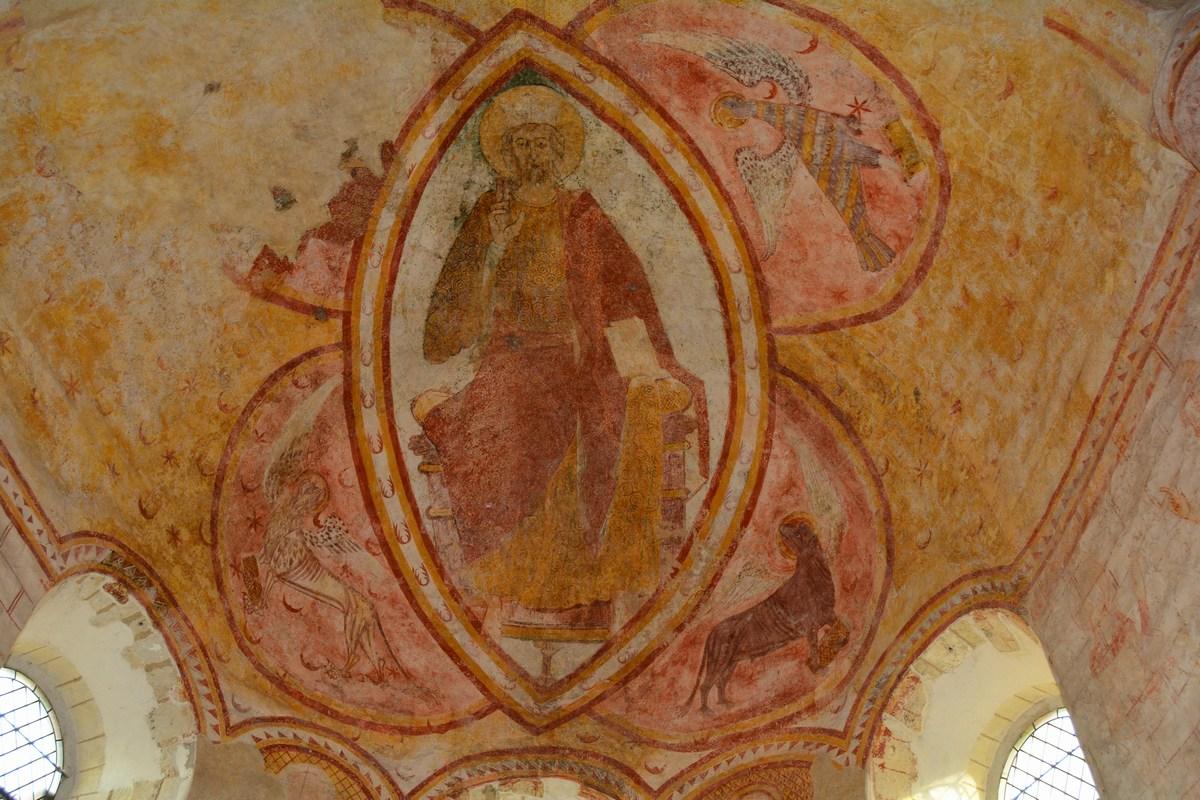 Dans l'abside, un Christ en majesté est entouré de quatre symboles évangéliques.