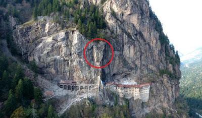 Βράχος 360 τόνων «χωρίζει» την Παναγία Σουμελά από τους επισκέπτες της