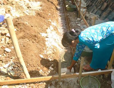 FOTO : Peletakan batu pertama oleh pemilik rumah
