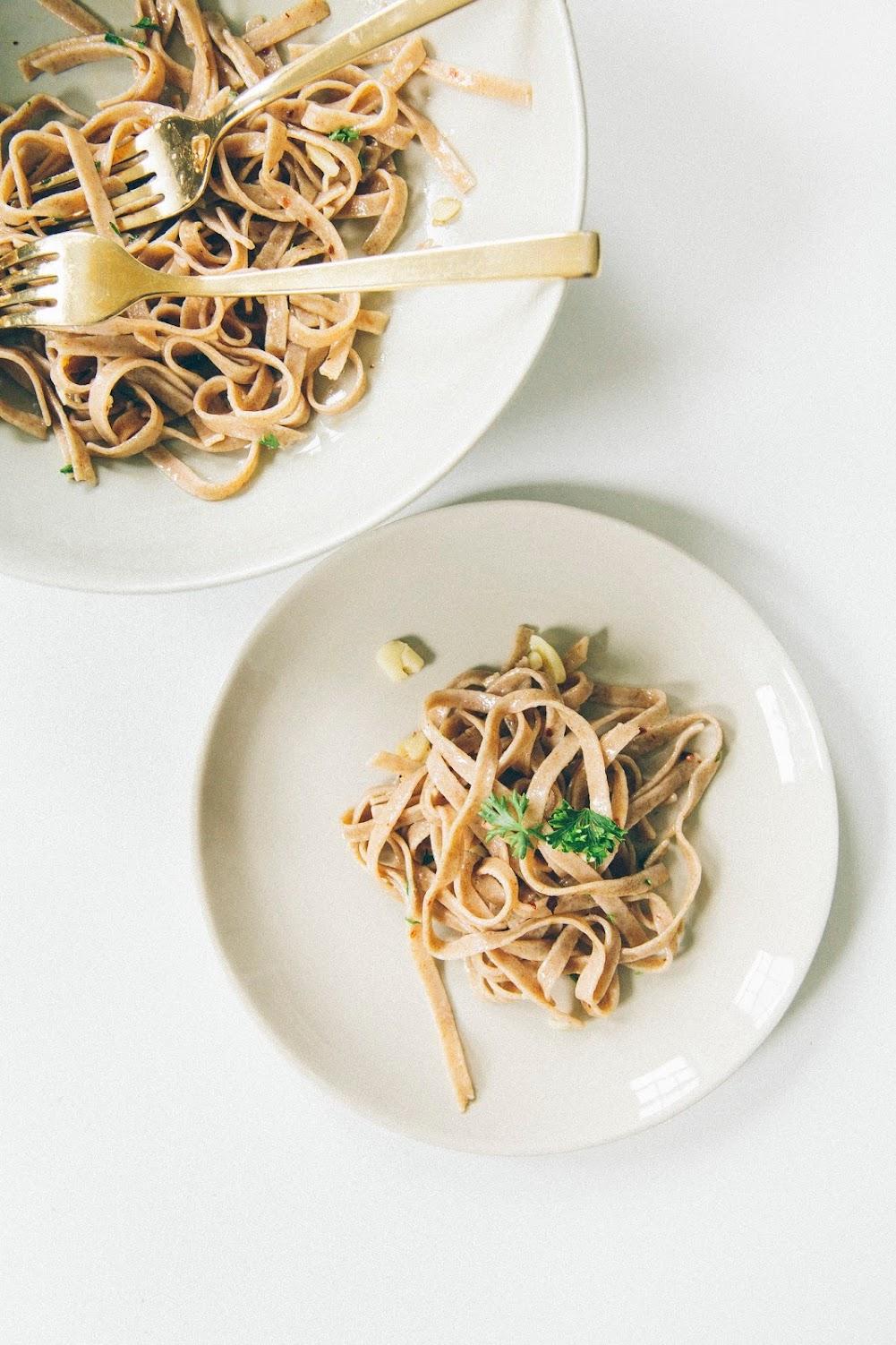 weeknight dinner spaghetti aglio e olio hummingbird. Black Bedroom Furniture Sets. Home Design Ideas