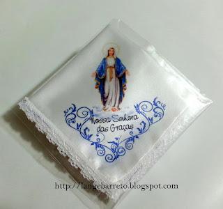 Lenço de cetim com imagem de Nossa Senhora das Graças.