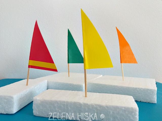 Zelena hiška - kako naredim poletne ladjice. Ideja za poletno obarvano otroško igro, ko v vročini prija igra z vodo.