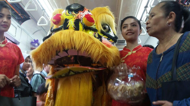 Meriah imlek, Kereta  Commuter Line Bagi-Bagi Angpao