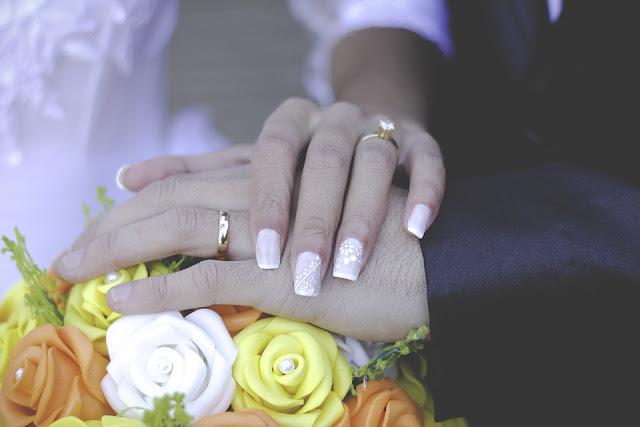 Qual a diferença entre anel de compromisso, noivado e casamento ?