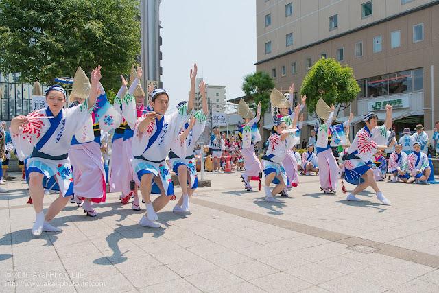 高円寺、熊本地震被災地救援募金チャリティ阿波踊り、東京新のんき連の舞台踊りの写真 2枚目