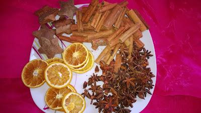 Weihnachtsmischung mit Orangen, Sternanis, Zimt und Kokos Sterne