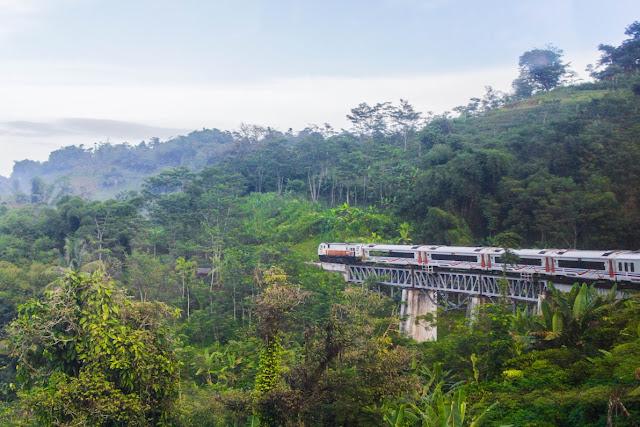 pemandangan dari kereta api dari bandung ke jakarta
