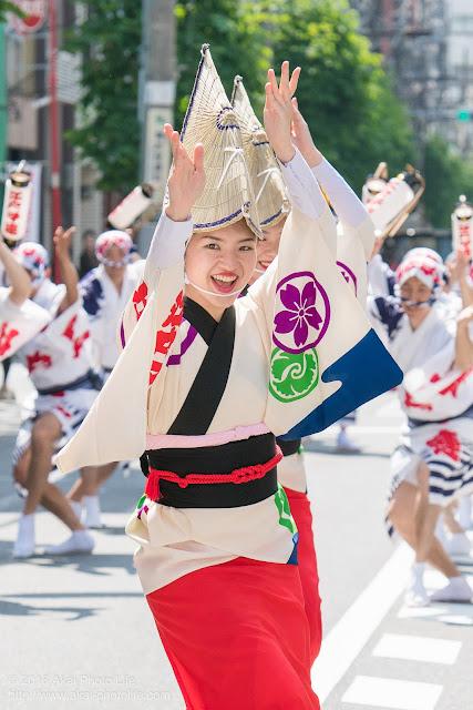 江戸っ子連の女踊りの踊り手の一人をポートレート調で撮影した写真