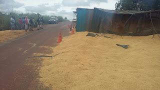 Carreta graneleira tomba e interdita rodovia no sul do Maranhão