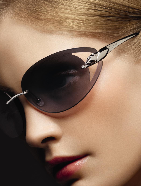 0582c03743457 Óculos de sol masculinos Santos de Cartier madeira. Homenagem à amizade  entre Cartier e o aviador brasileiro Alberto Santos-Dumont, para quem foi  criado em ...