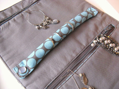 http://angharadhandmade.blogspot.co.uk/2009/02/jewellery-roll-tutorial.html