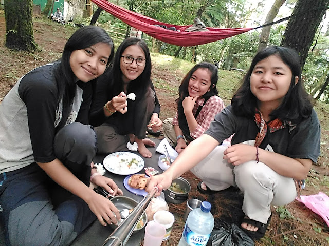 makan di camping