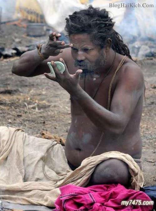 Người đàn ông trong bộ tộc ít người trang điểm