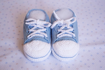Zapatillas celestes de ganchillo para bebé