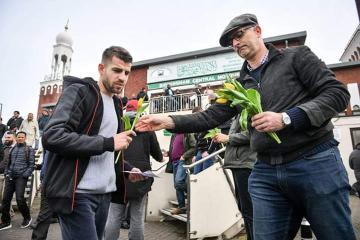 بعد #حادث_نيوزيلندا_الارهابي .. رجل مسيحي يوزِّع الورود على المسلمين