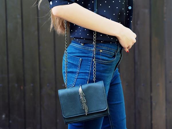 171. Stylizacja: koszula w kropki, torebka z piórkiem, transparentne okulary | ROSEWHOLESALE.