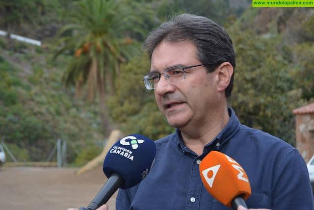José Adrián Hernández analiza con agricultores de aguacates la situación del cultivo en La Palma