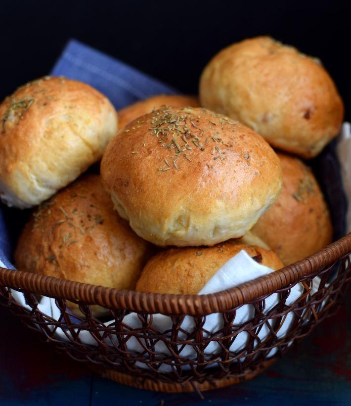 Panes en forma de bolillo en una cesta
