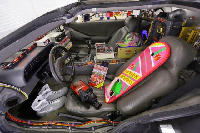 Além do carro também tem o skate voador  (Hover Board), a revista com os resultados do jogos (Grays Sports Almanac) , o tênis que amarra sozinho e uma filmadora JVC GR-C1, usado por Doc Brown.