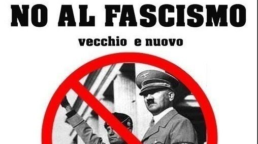 'No al fascismo' Sobre imagens de Hitler e Mussolini