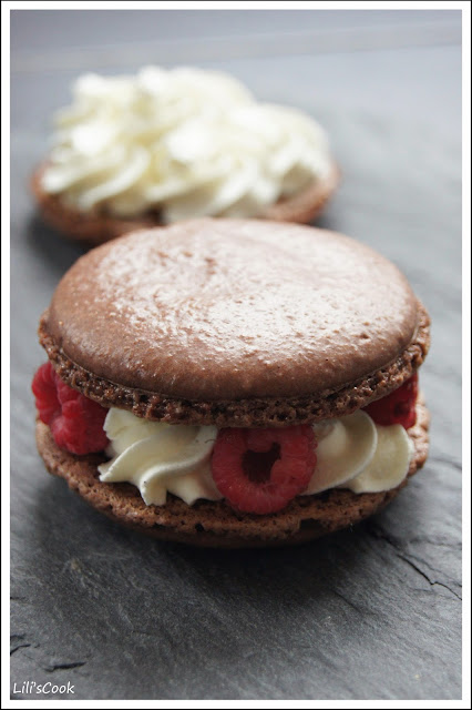 Macarons coques au chocolat, chantilly vanille, framboises