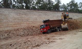 Pekerjaan Pengeprasan Tanah pada Jalan Toll Ngawi Kertosono