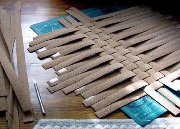 bandeja tiras corcho, manualidad reciclar bandejas