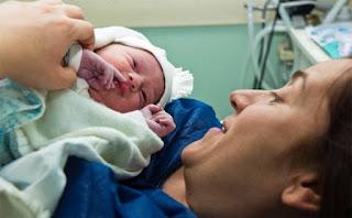 هل تعتبر الولادة في الماء آمنة للطفل؟
