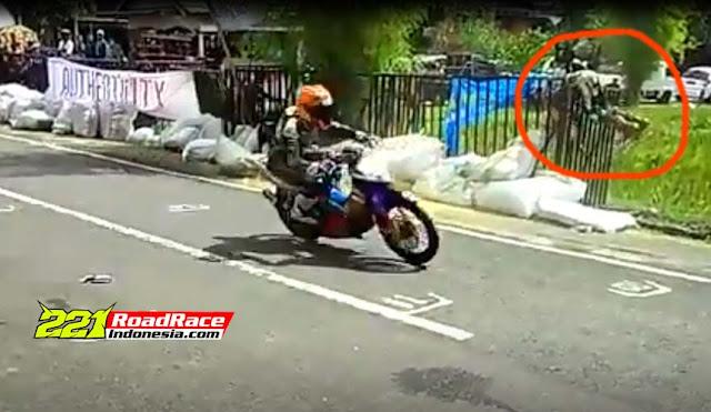 Insiden Road Race  SUL-SEL, Pembalap Nyangkut di atas Pagar