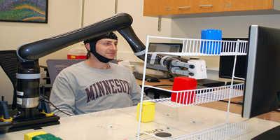 Universidade de Minnesota pesquisa mostra que as pessoas podem controlar um braço robótico com apenas suas mente