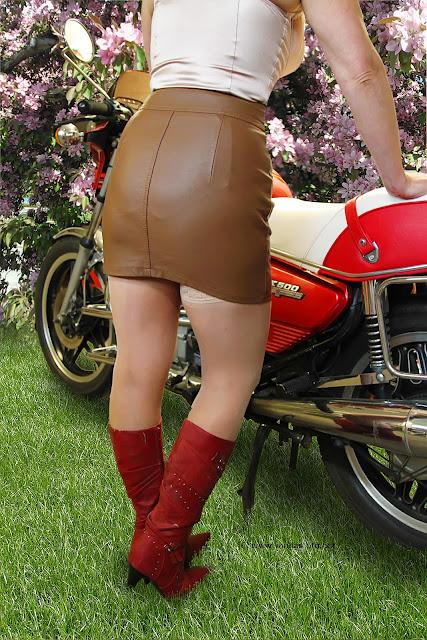 Viivi, silkkibody, nahkahame, korkosaappaat, moottoripyörä, Honda CX 500, sexy