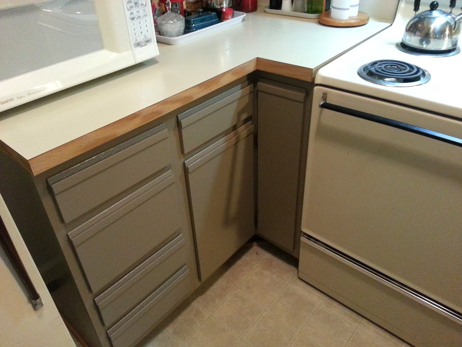foobella designs: Painting Laminate Kitchen Cabinets. Done!