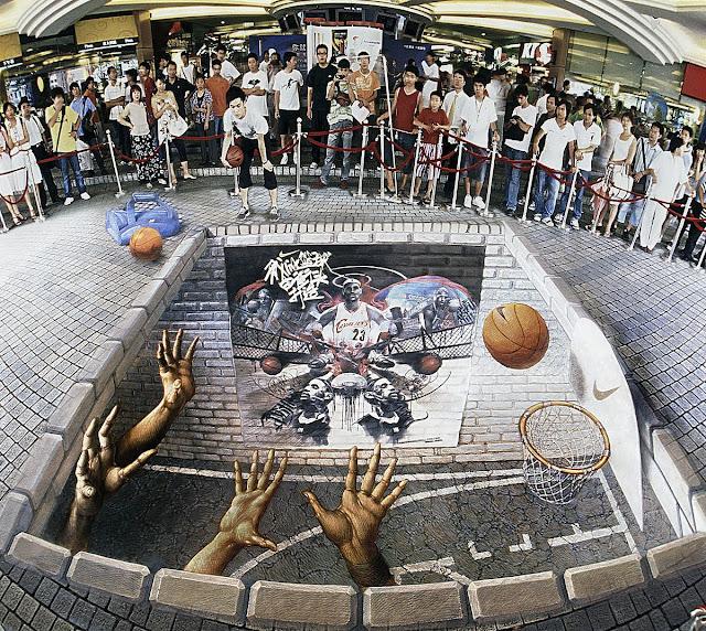 Yer altındaki bir basketbol sahasını ve basket potasını gösteren kaldırım sanatı resmi
