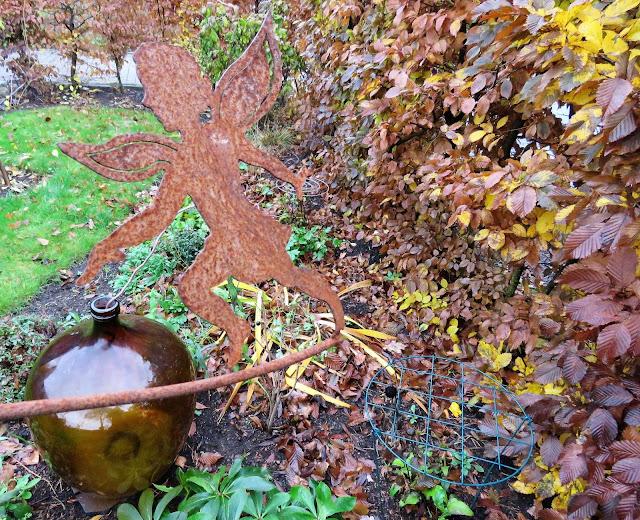 Høstfarger i vinterhagen, det går mot vår. Rusten Tingeling mot brun vinballong. Furulunden IMG_0021