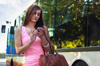 Viaggiatore single smartphone dipendente