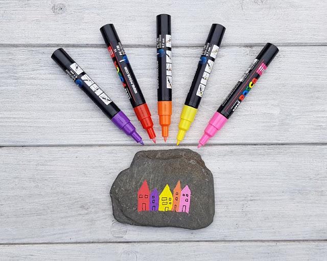 DIY: Ein Steinmemory für Kinder aus bemalten Steinen. Ihr braucht dazu flache Steine und dicke und dünne Stifte.