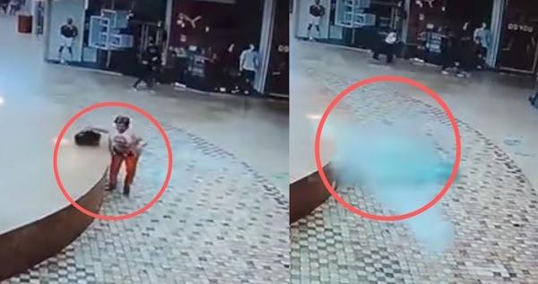 Una mujer se salva de que la ventana de un centro comercial en Puebla le caiga encima tras el sismo