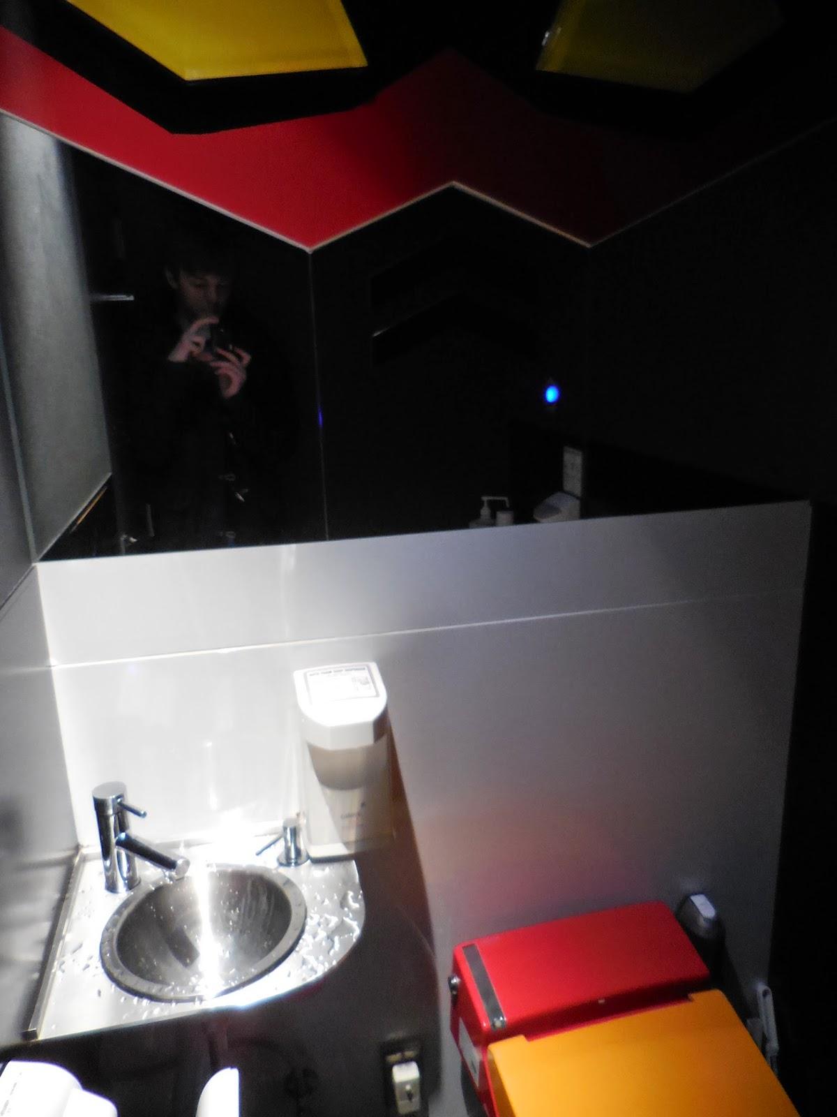 Resultado de imagen de gundam cafe toilet