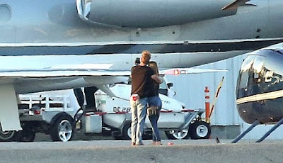TAYLOR - Taylor Swift in romantic moment with new boyfriend next to her private jet