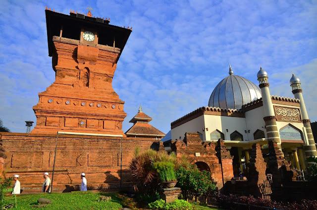 Menara Kudus. Perpaduan antara Arsitektur Hindu dan Islam warisan Sunan Kudus.