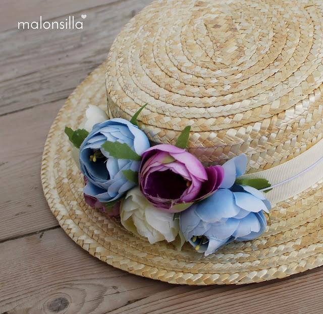 Primer plano de las flores del sombrero de paja tipo canotier modelo Boltaña y marca malonsilla